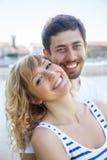Jeunes couples d'amour sur une marina regardant l'appareil-photo Image stock