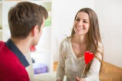 Jeunes couples d'amour tenant le coeur de la valentine rouge ensemble Photo libre de droits