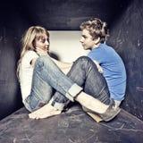 Jeunes couples d'Atrractive dans l'amour Photos stock