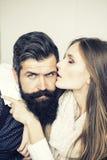 Jeunes couples d'intérieur Photos stock