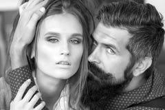 Jeunes couples d'intérieur Image libre de droits
