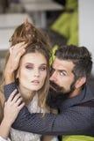 Jeunes couples d'intérieur Photographie stock
