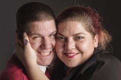 Jeunes couples dans étreindre d'amour Image libre de droits