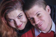 Jeunes couples dans étreindre d'amour Photo stock