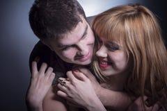 Jeunes couples dans étreindre d'amour Photographie stock