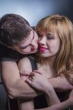 Jeunes couples dans étreindre d'amour Images libres de droits