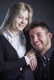 Jeunes couples dans étreindre d'amour Photos stock