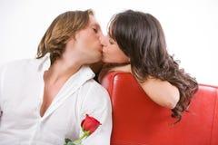 Jeunes couples dans des baisers d'amour Images stock
