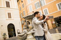 Jeunes couples dans des baisers d'amour et selfie de prises à Rome Photo stock