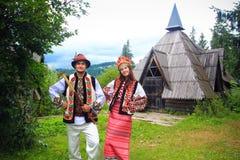 Jeunes couples dans des costumes de hutsul Images stock