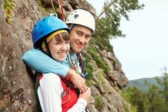 Jeunes couples dans des grimpeurs d'amour Photos libres de droits