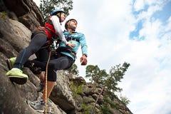 Jeunes couples dans des grimpeurs d'amour Photographie stock