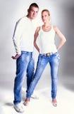 Jeunes couples dans des jeans restant et posant Photo libre de droits