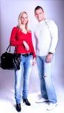 Jeunes couples dans des jeans restant et posant Photo stock