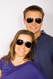 Jeunes couples dans des lunettes de soleil Photo stock