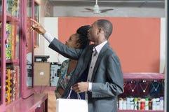 Jeunes couples dans des magasins de vêtements image stock