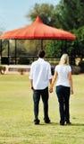 Jeunes couples dans des mains de fixation d'amour Image libre de droits