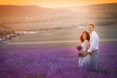 Jeunes couples dans des jeunes mariés d'amour, jour du mariage en été Appréciez un moment de bonheur et d'amour dans un domaine d image libre de droits