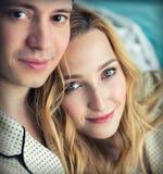 Jeunes couples dans des pyjamas tôt le matin Images stock
