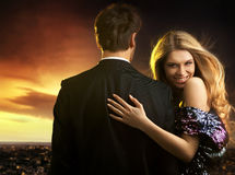 jeunes couples dans des robes de soirée élégantes Image libre de droits