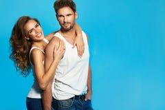 Jeunes couples dans des tricots blancs s'aimant image stock