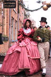 Jeunes couples dans des vêtements âgés moyens photo stock