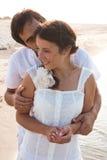 Jeunes couples dans des vêtements blancs en mer Images stock