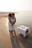 Jeunes couples dans des vêtements blancs en mer Images libres de droits
