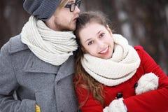 Jeunes couples dans des vêtements de l'hiver Photos stock