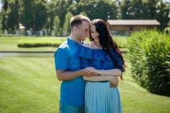 Jeunes couples dans des vêtements de marche se reposant sur l'arbre en parc Images stock