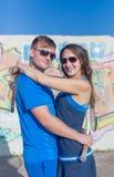 Jeunes couples dans des vêtements de sport de tennis avec des raquettes de tennis étreignant o Image stock