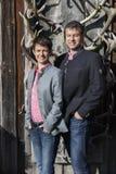 Jeunes couples dans des vêtements sport intelligents dehors sur l'autum ensoleillé Photos libres de droits