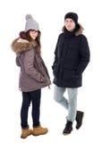 Jeunes couples dans des vestes d'hiver d'isolement sur le blanc Photographie stock libre de droits