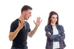Jeunes couples dans des visages de querelle dans le studio, tournant à partir de l'un l'autre et des cris perçants de type Image stock