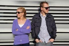Jeunes couples dans extérieur dans des lunettes de soleil Photos stock