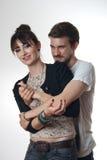 Jeunes couples dans l'étreinte affectueuse Images stock