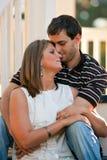 Jeunes couples dans l'étreinte d'amour sur des opérations de Gazebo Image libre de droits