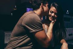 Jeunes couples dans l'amour à la boîte de nuit Images libres de droits