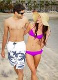 Jeunes couples dans l'amour à la plage Photos libres de droits