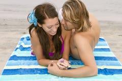 Jeunes couples dans l'amour à la plage Photos stock