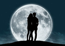 Jeunes couples dans l'amour à la pleine lune Photos stock