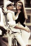 Jeunes couples dans l'amour à la rétro voiture Photographie stock