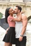 Jeunes couples dans l'amour à Paris Photographie stock libre de droits