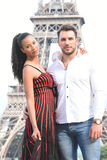 Jeunes couples dans l'amour à Paris Images libres de droits