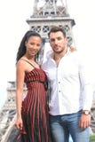 Jeunes couples dans l'amour à Paris Images stock
