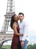 Jeunes couples dans l'amour à Paris Photographie stock