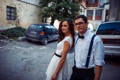 Jeunes couples dans l'amour, étreignant dans la vieille partie de la ville Images libres de droits