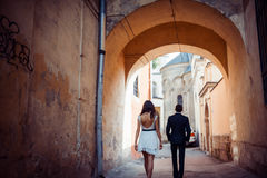 Jeunes couples dans l'amour, étreignant dans la vieille partie de la ville Image stock