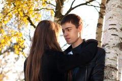 Jeunes couples dans l'amour étreignant dedans à l'extérieur Image stock