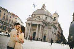 Jeunes couples dans l'amour étreignant la pose devant le Panthéon dedans Photos libres de droits